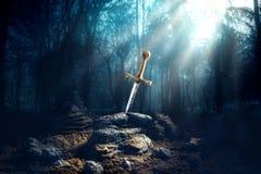Épée dans l'excalibur en pierre Photos stock