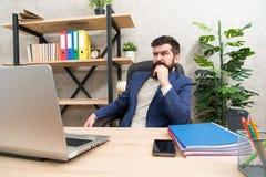 Pe?na koncentracja przy prac? Brutalny biznesmen w biurze z komputerem Doro?le? m??czyzna pracuje na komputerze Brodaty modni? zdjęcia stock