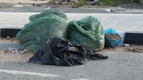 Pe?ne plastikowe grat torby na ulicie Ja?owy i przetwarza poj?cie swobodny ruch zdjęcie wideo