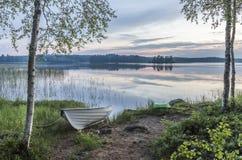 Pełni lata noc obok jeziora w Finlandia Zdjęcie Royalty Free