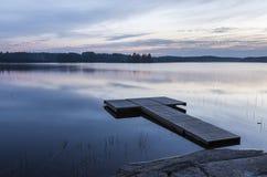 Pełni lata noc obok jeziora w Finlandia Zdjęcia Royalty Free