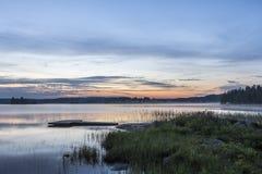 Pełni lata noc obok jeziora w Finlandia Fotografia Stock