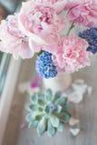 Peônia e jacinto cor-de-rosa Fotos de Stock Royalty Free