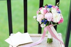 Peônia e ramalhete e aliança de casamento nupciais da rosa imagens de stock