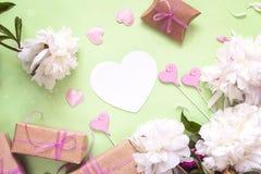 Peônias brancas com coração-cartão vazio, caixas de presente e h decorativo Fotos de Stock Royalty Free