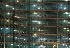 Pe?ny ramowy widok wielka budowa przy noc? iluminuj?c? jaskraw? prac? za?wieca z stropnicami i budowa d?wignikami zdjęcie stock