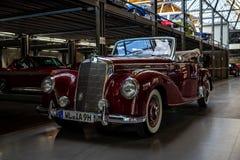 Pełnych rozmiarów luksusowy samochodowy Mercedes-Benz 220 ` kabrioletu A ` W187, 1951 Fotografia Royalty Free