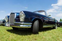 Pełnych rozmiarów luksusowy samochodowy Mercedes-Benz 220 SE kabriolet &-x28; W111&-x29; Obrazy Stock