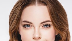 Peça bonita da mulher dos olhos da cara e do estúdio ascendente próximo do retrato do nariz isolados no branco Fotografia de Stock Royalty Free