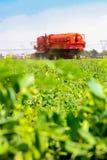 Pea Farming comercial con una máquina segadora imagenes de archivo
