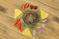 Pea Salad observé par noir avec des ingrédients de puces de tortilla Image libre de droits