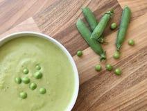 Pea Soup Sopa vegetal de la legumbre en el cuenco blanco Fondo de madera Visión superior Imagen de archivo