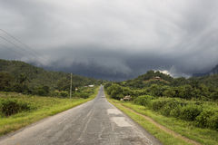 Peaceful view of Vinales valley. Road in Vinales with storm clou Stock Photos
