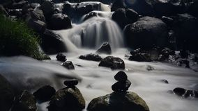 Peacefull石头和瀑布 免版税库存照片