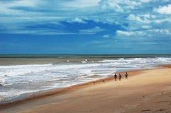 peacefull plażowy odprowadzenie Obrazy Royalty Free