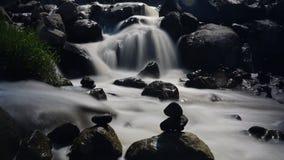 Peacefullstenen en waterval royalty-vrije stock foto's