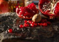 Peaces van de granaatappels en het zaden met noten op n stock afbeeldingen