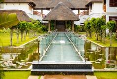 Peacful hotellfragment med den glass bron Fotografering för Bildbyråer