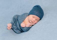 peacfully新出生的男婴睡眠 免版税库存图片