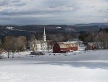 Peacham Vermont kyrka och ladugård i vinter royaltyfri bild