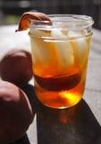 Peache grillant le thé de glace images libres de droits