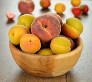Peaches and apricots in a bowl Royalty Free Stock Photography