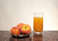 Peaches in a bowl and juice Stock Photography