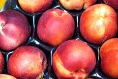 Peaches Heap Of Fresh Ripe orgánica fresca Peaches At un mercado callejero Imagenes de archivo