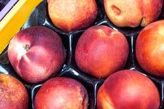 Peaches Heap Of Fresh Ripe orgánica fresca Peaches At un mercado callejero Foto de archivo libre de regalías