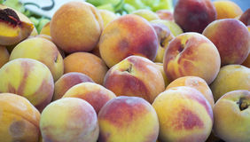 Peaches Heap Of Fresh Ripe orgânica fresca Peaches At um mercado fotografia de stock royalty free