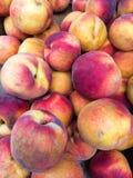 Peaches Heap orgânica fresca no mercado dos fazendeiros imagens de stock royalty free