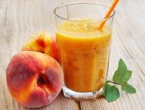 Peaches Smoothie saudável em um vidro Imagem de Stock Royalty Free