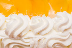 Peaches Whip Cream Cake lizenzfreies stockfoto