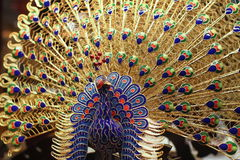 Peafowl d'or d'émail de cloisonne Images stock