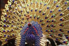 Peafowl de oro del esmalte del cloisonne Imagenes de archivo
