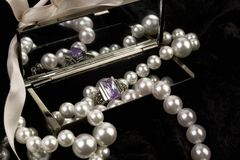 Peals и amethyst кольцо против черноты Стоковая Фотография RF