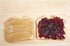 Peanutbutter och Jelly Sandwich på öppen framsida för vitt bröd arkivfoton