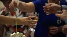 Peaople på parti- eller bröllopjublen med skottexponeringsglas Vänner som rostar med skottexponeringsglas vänner grupperar lyckli royaltyfri foto