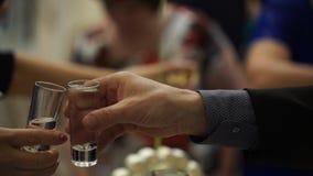 Peaople på parti- eller bröllopjublen med skottexponeringsglas Vänner som rostar med skottexponeringsglas vänner grupperar lyckli arkivbilder