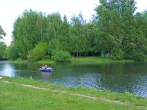 Peaple που πλέει στην παλαιά βάρκα στον ποταμό Στοκ Φωτογραφία