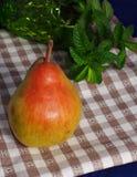 Pear på tabelltorkduken Arkivbild