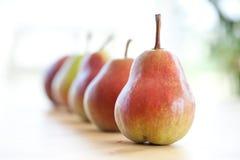 Pears i en rad Arkivbild