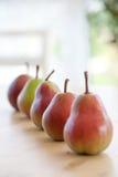 Pears i en rad Arkivfoton