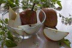 Pears på en platta Arkivfoton
