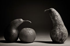 Pears på en svart bakgrund Arkivfoton