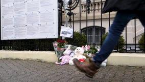 Peatón de la cámara lenta delante de la embajada rusa metrajes
