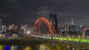 Peatón en el puente del arco iris que localizó en el distrito de Songshan, Taipei, Taiwán almacen de metraje de vídeo
