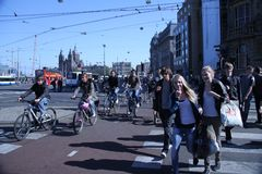 Peatón en la ciudad de Amsterdam imágenes de archivo libres de regalías