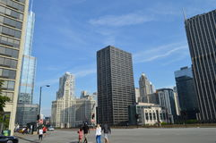 Peatón y edificios de Chicago fotos de archivo libres de regalías
