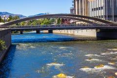 Peatón y puente del tráfico que cruza sobre el río Truckee imágenes de archivo libres de regalías